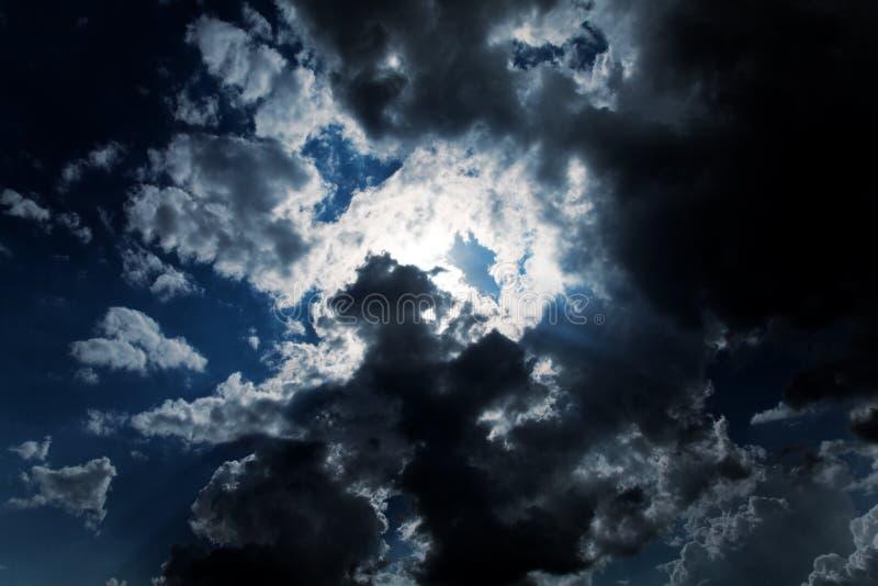 Cielo nuvoloso scuro   immagini stock libere da diritti