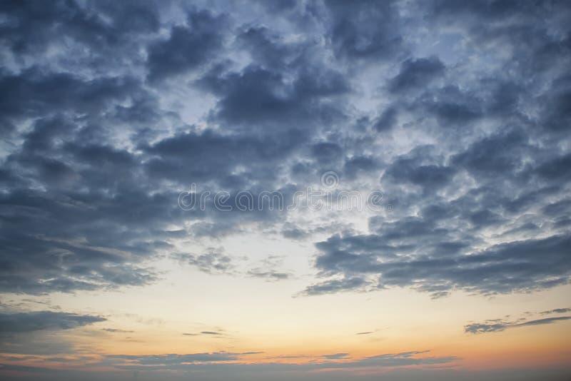 Cielo nuvoloso scuro drammatico sopra il mare, fondo naturale della foto Fondo scuro delle nuvole di tempesta fotografie stock libere da diritti