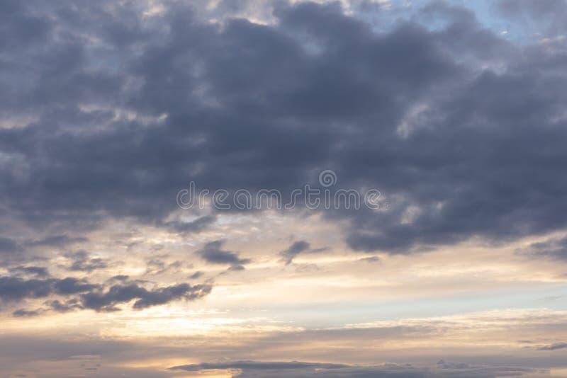 Cielo nuvoloso scuro tempestoso drammatico sopra il mare, fondo naturale della foto immagine stock