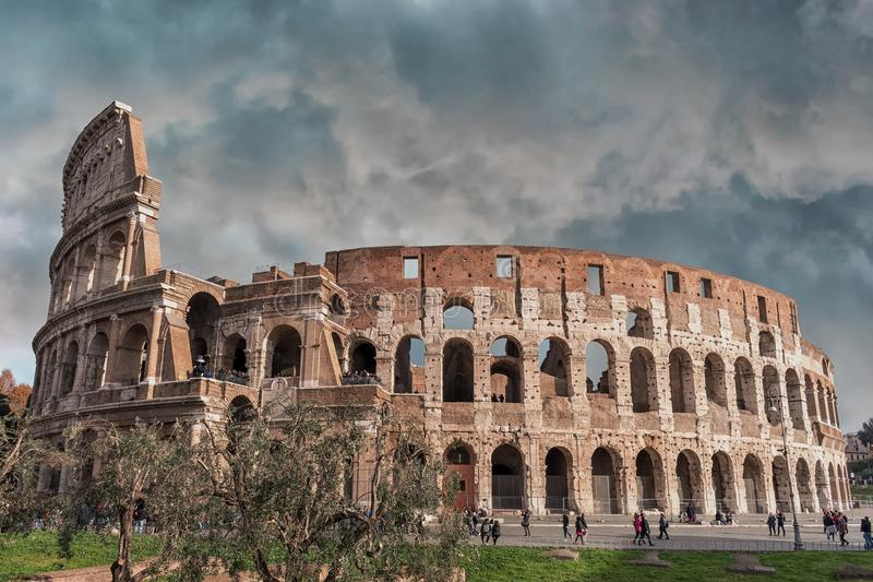 Cielo nuvoloso sopra il Colosseo a Roma immagine stock