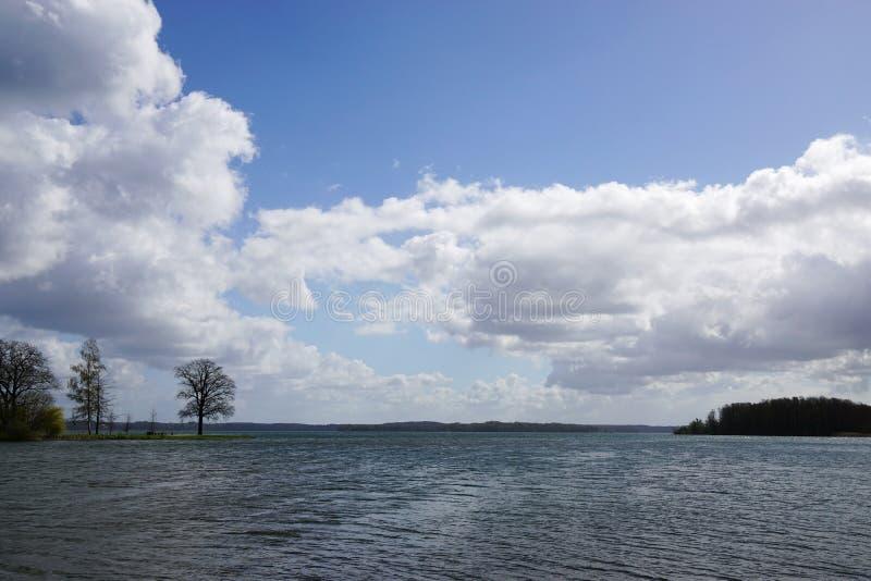Cielo nuvoloso sopra il lago Schwerin immagine stock libera da diritti