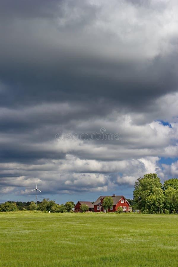 Cielo nuvoloso sopra la casa rurale estone tradizionale for La casa toscana tradizionale