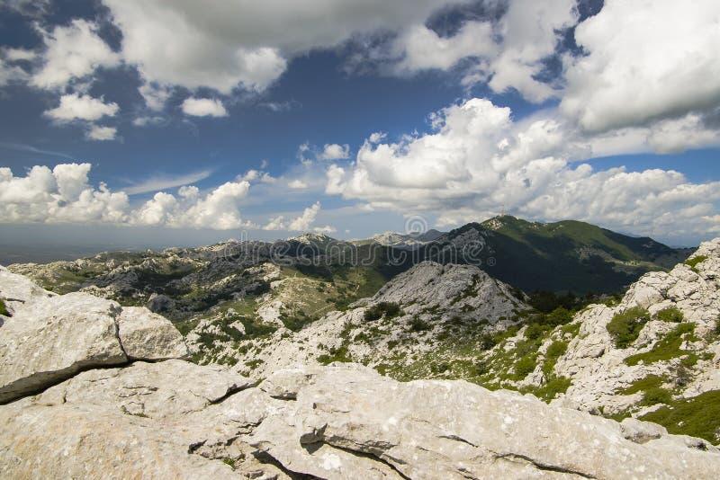 Cielo nuvoloso sopra le montagne del calcare immagini stock libere da diritti