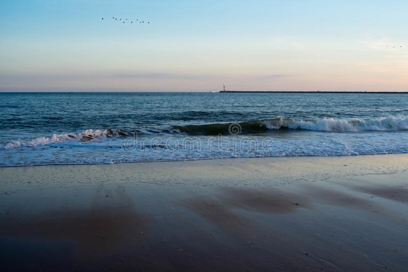 Cielo, ondas y arena en la playa foto de archivo