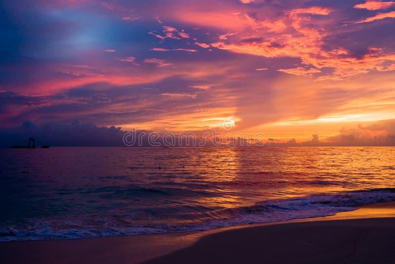 Cielo oscuro azul rojo en la playa de la mañana foto de archivo libre de regalías