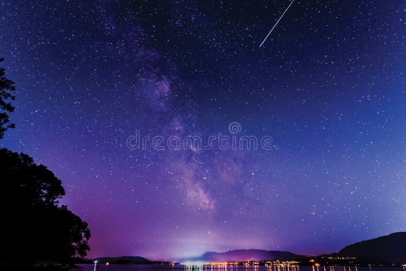 Cielo oscuro de la galaxia de la noche estrellada de la vía láctea foto de archivo libre de regalías