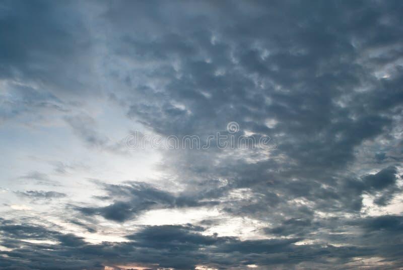 Cielo oscuro dramático del fondo con los rayos del sol foto de archivo