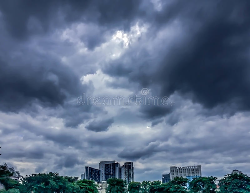 Cielo oscuro, nube oscura y edificio imagen de archivo libre de regalías