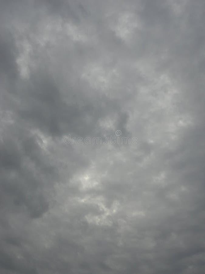 Cielo oscuro nublado imagenes de archivo