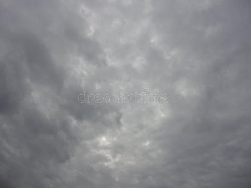 Cielo oscuro nublado foto de archivo