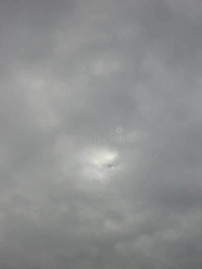Cielo oscuro nublado fotografía de archivo