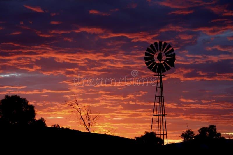 Cielo púrpura con el molino de viento. imágenes de archivo libres de regalías