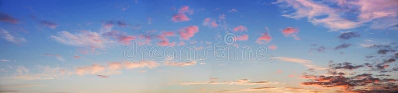 Cielo panorámico ancho de la puesta del sol fotografía de archivo libre de regalías