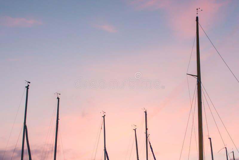 Cielo pastello di alba sopra le barche con Mats Moored in porticciolo immagine stock libera da diritti