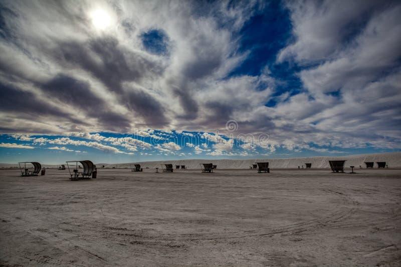 Cielo pesante sopra area di picnic bianca del monumento nazionale delle sabbie fotografie stock