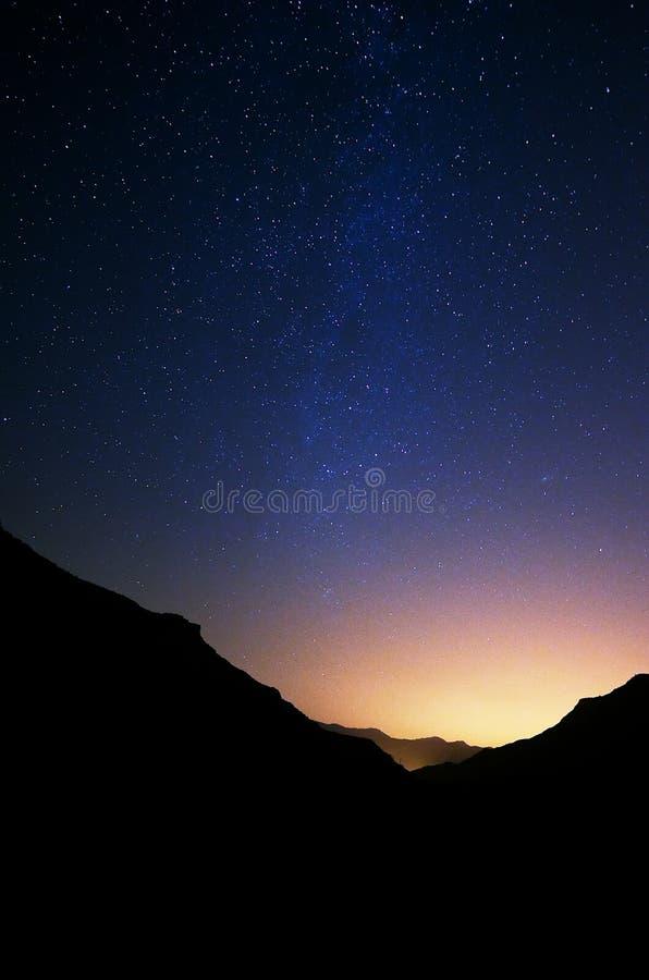 Cielo in pieno delle stelle da un canyon fotografia stock