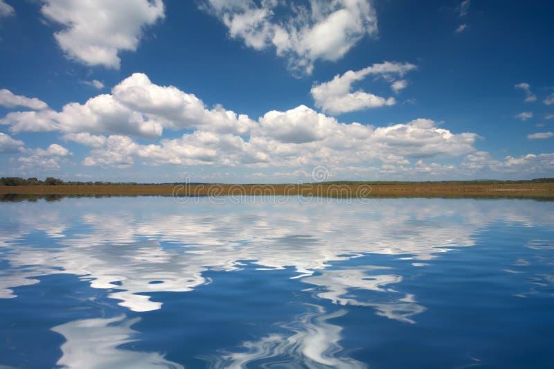 Cielo pieno di sole sopra il lago immagini stock libere da diritti