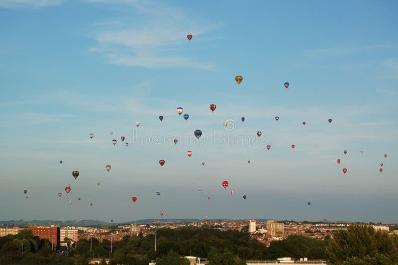 Cielo por completo de los globos del aire caliente a través de Bristol England imagenes de archivo