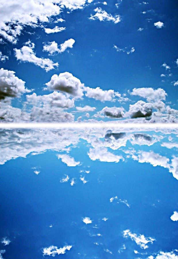 Cielo profundo azul imagenes de archivo