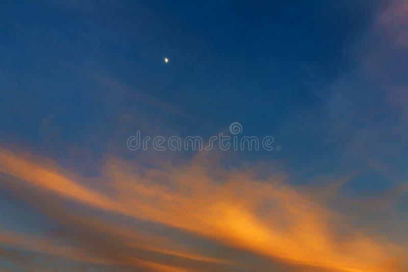 Cielo, puesta del sol brillante del azul, anaranjada y amarilla de los colores fotografía de archivo libre de regalías