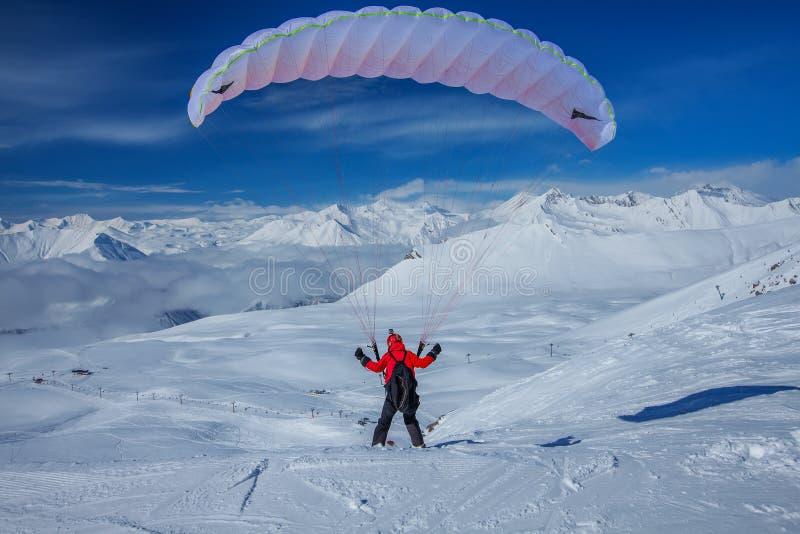 Cielo que se desliza en las montañas del Cáucaso nevosas imagenes de archivo