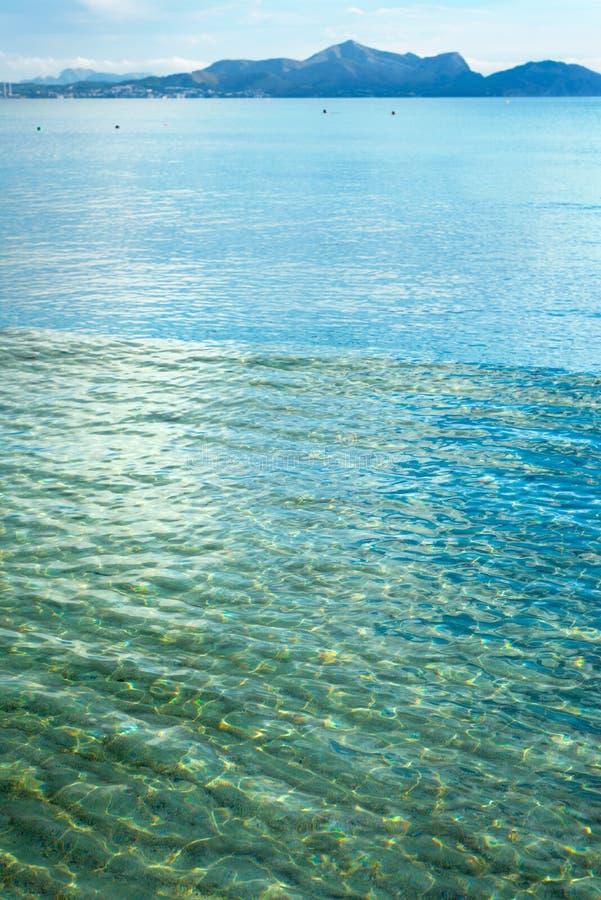 Cielo que se va para el horizonte sobre una superficie azul del mar fotos de archivo libres de regalías