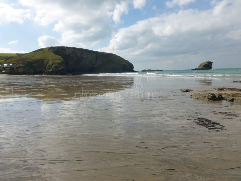 Cielo reflejado en el reflejo de la playa foto de archivo libre de regalías