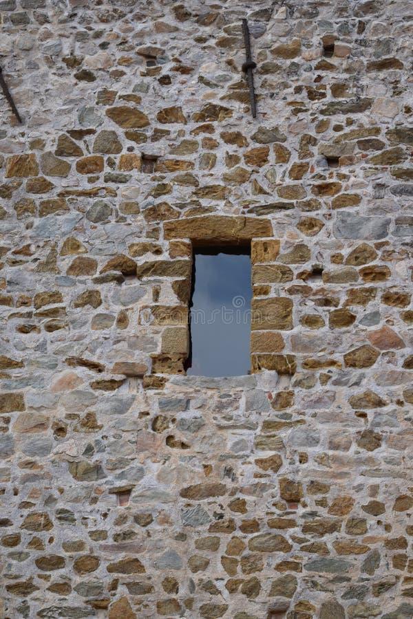cielo riflesso nella finestra del campanile immagini stock libere da diritti