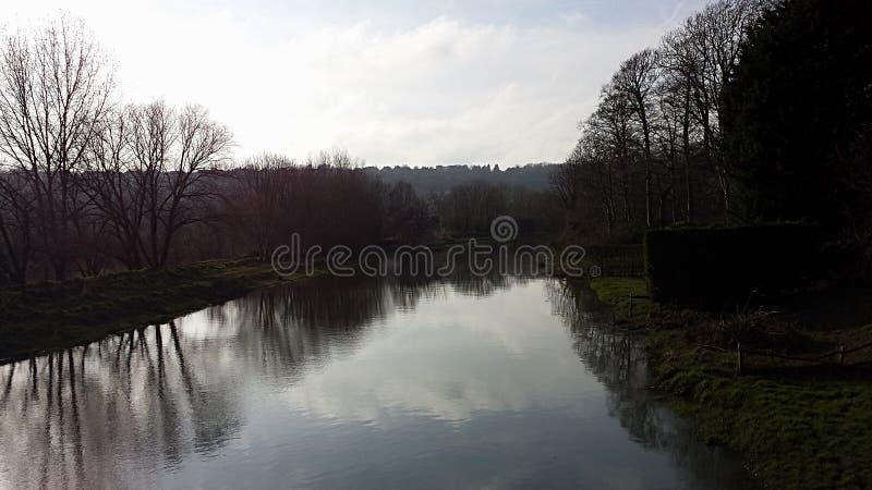 Cielo riflesso in un fiume fotografia stock libera da diritti