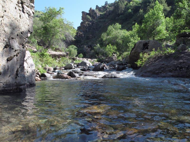 Cielo riflesso in un fiume della montagna immagini stock