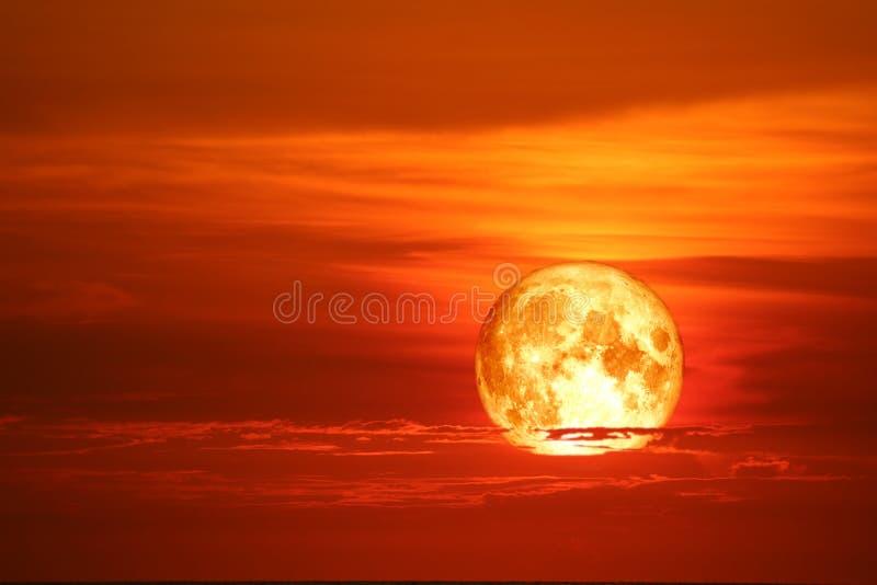 cielo rojo-anaranjado y rayo de la nube roja de la luna de la sangre alrededor imagen de archivo libre de regalías
