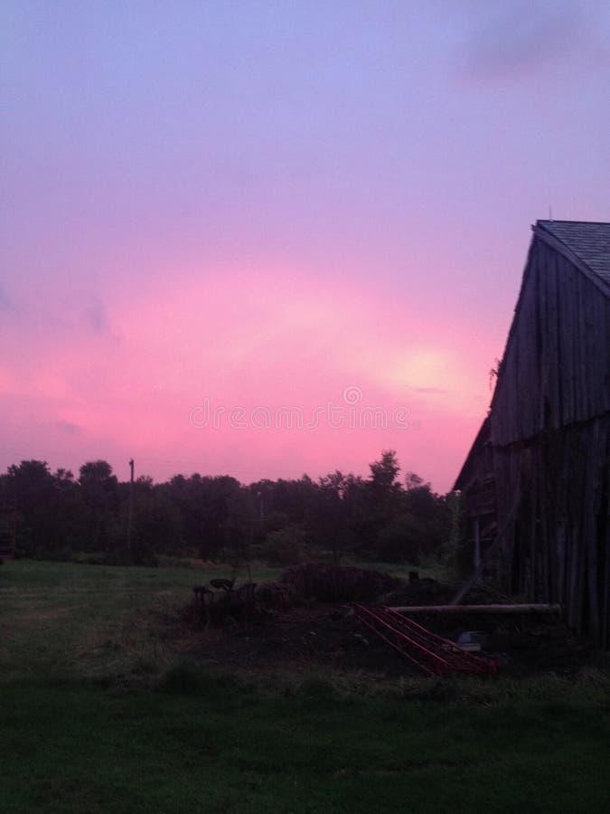 Cielo rojo detrás del granero fotografía de archivo