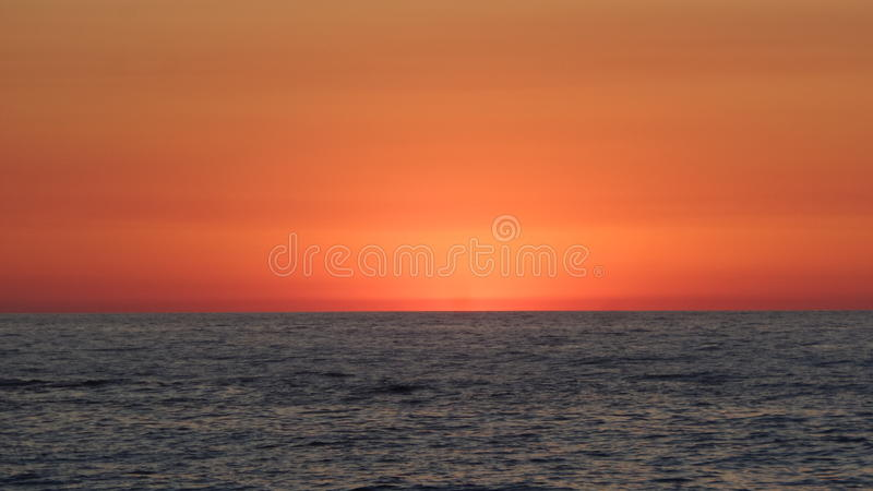Cielo rojo y el mar fotos de archivo libres de regalías