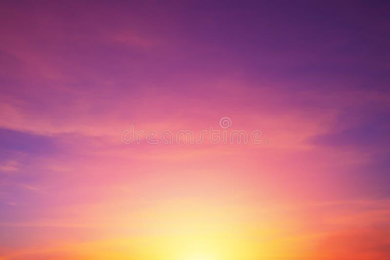 Cielo romantico reale di tramonto di colori porpora vibranti luminosi, fondo di colore di bellezza della natura fotografie stock libere da diritti