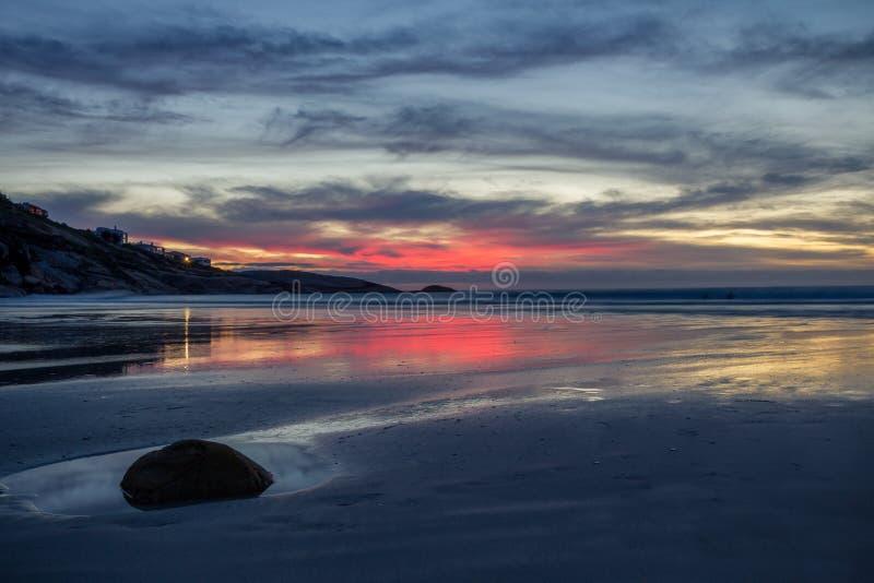 Cielo rosa e dorato di tramonto sopra la spiaggia isolata fotografie stock libere da diritti