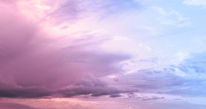Cielo rosa nuvoloso fotografie stock libere da diritti