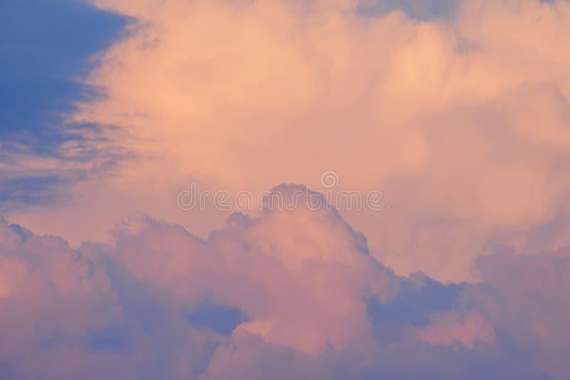 Cielo rosado con las nubes en la puesta del sol imagenes de archivo