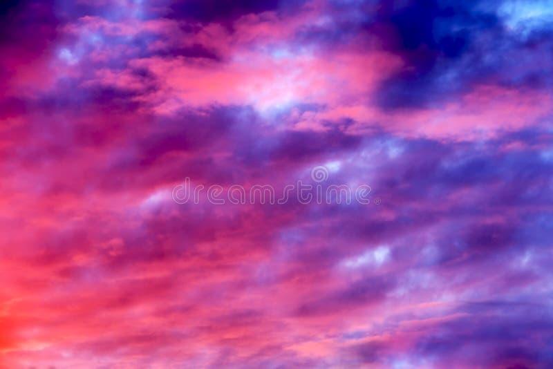 Cielo rosado y púrpura imagenes de archivo