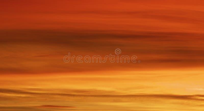 Cielo rosso luminoso ad alba fotografia stock libera da diritti