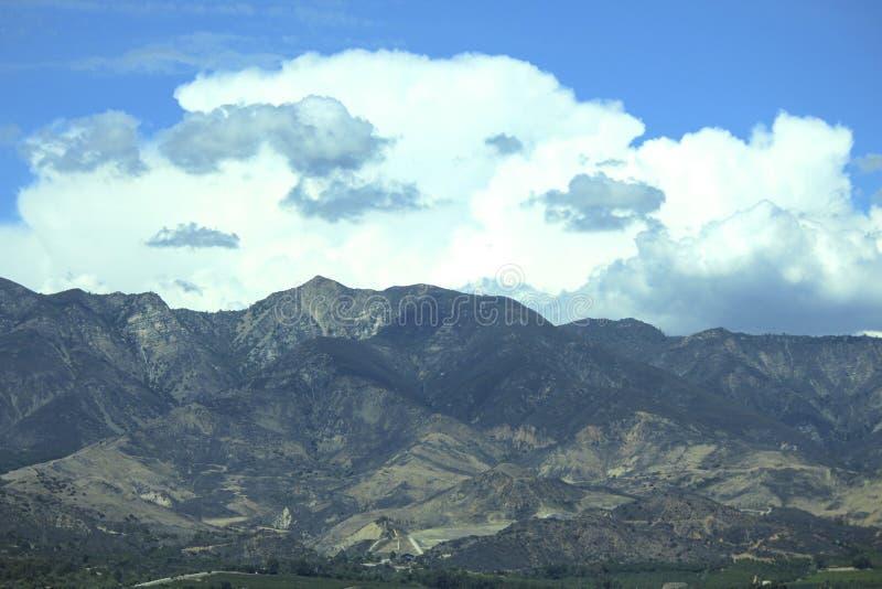 Cielo Santa Paula California delle nuvole delle montagne immagine stock