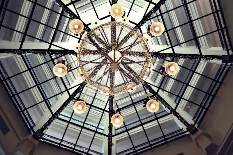 Cielo sobre luces de techo fotografía de archivo