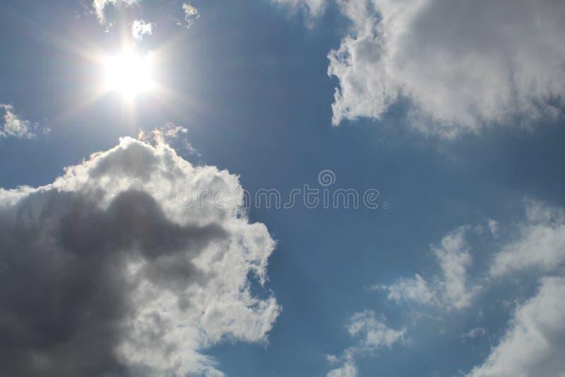 Cielo soleado entre las nubes foto de archivo libre de regalías