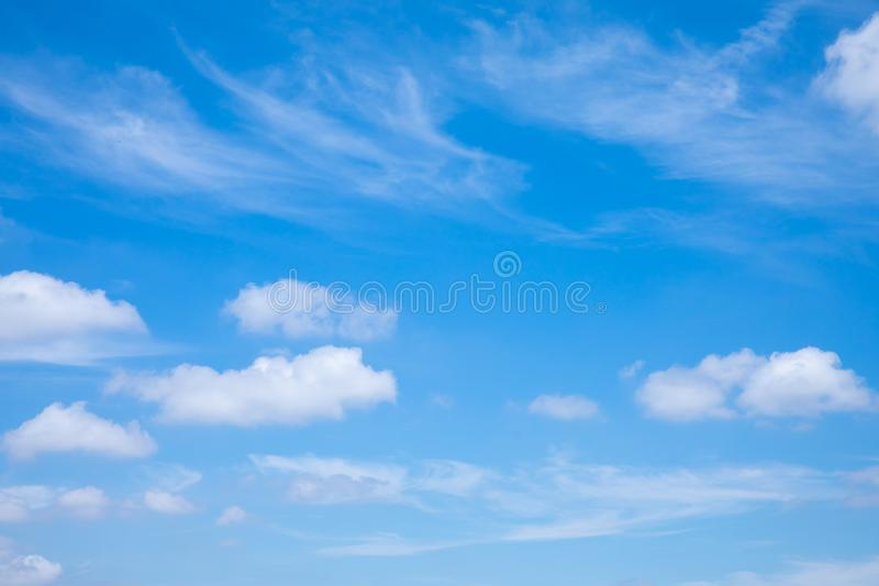 Cielo soleggiato blu profondo con le nuvole bianche Cielo blu con il primo piano della nube Nubi lanuginose bianche nel cielo blu immagine stock