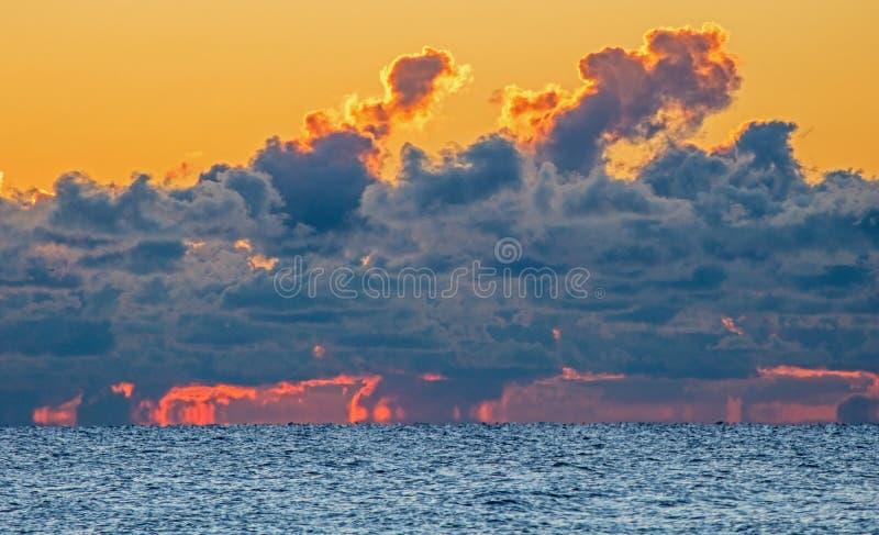 Cielo sopra il lago Ontario su fuoco ad alba immagini stock