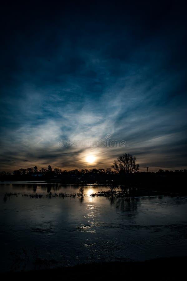 Cielo spettacolare sopra la palude fotografia stock