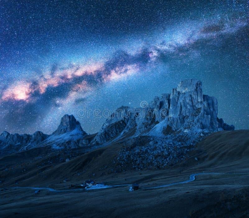 Cielo stellato con la Via Lattea sopra le montagne alla notte nell'estate fotografia stock libera da diritti