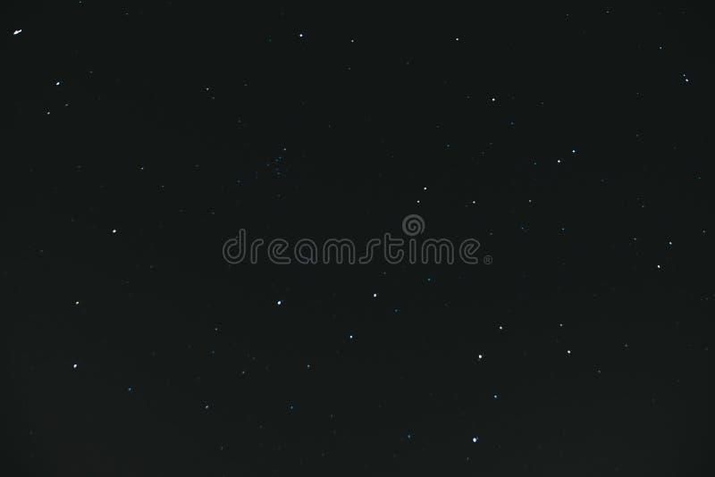 cielo stellato di notte Fondo dello spazio Molte stelle su un fondo scuro di notte immagini stock libere da diritti