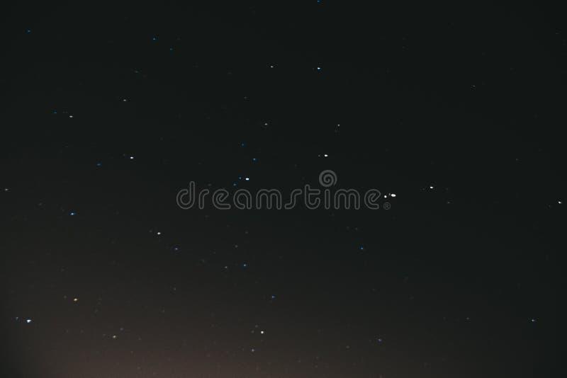 cielo stellato di notte Fondo dello spazio Molte stelle su un fondo scuro di notte fotografie stock libere da diritti