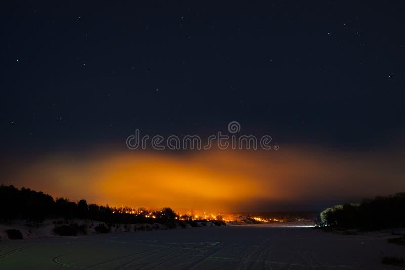 Cielo stellato sopra il fiume congelato nell'inverno immagine stock libera da diritti