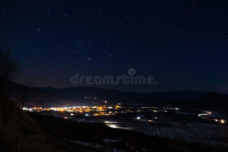 Cielo stellato sopra la città immagine stock